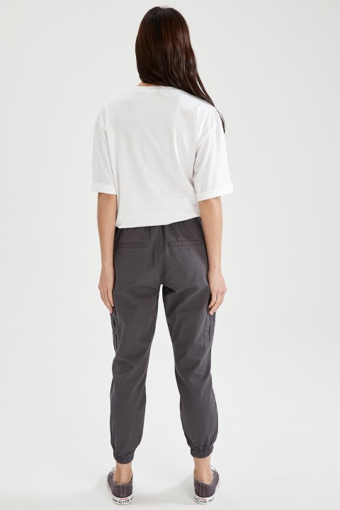 woman-anthra-trousers-44-9349984.jpeg