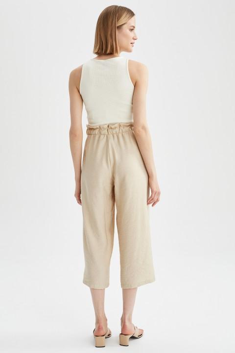 woman-beige-capri-pants-42-2825008.jpeg