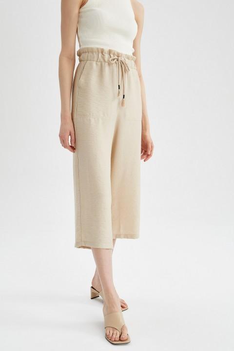 woman-beige-capri-pants-42-7131586.jpeg