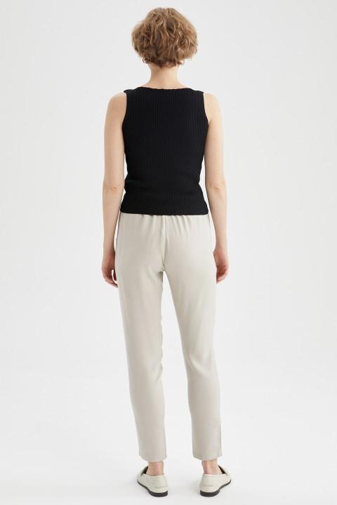 woman-beige-trousers-36-0-2311812.jpeg