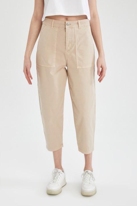 woman-beige-trousers-36-1-3803336.jpeg