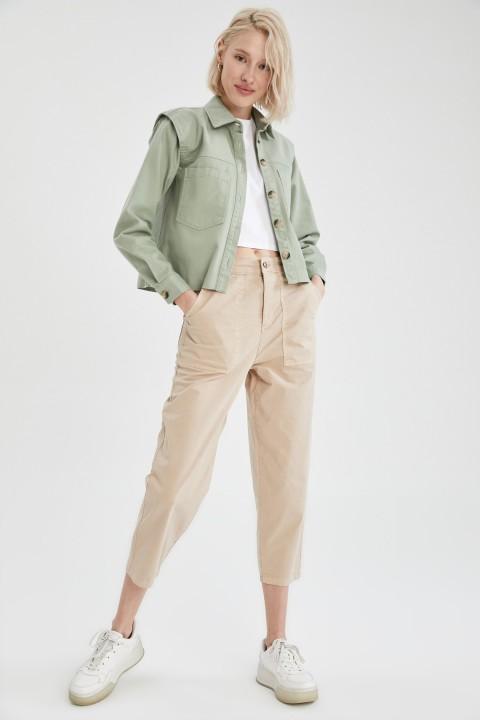 woman-beige-trousers-36-1-4165713.jpeg