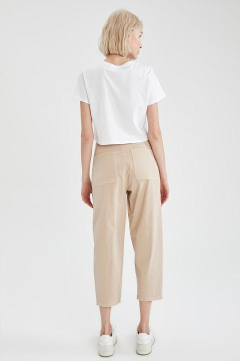 woman-beige-trousers-36-1-5954385.jpeg
