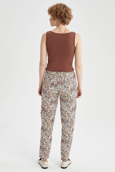 woman-beige-trousers-36-4346871.jpeg