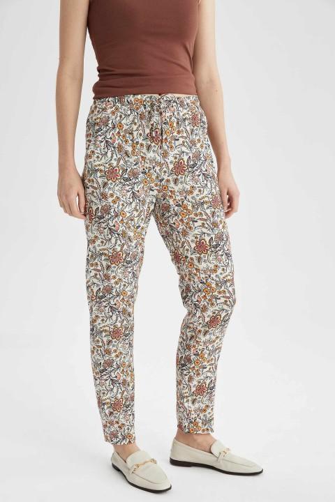 woman-beige-trousers-36-4708391.jpeg