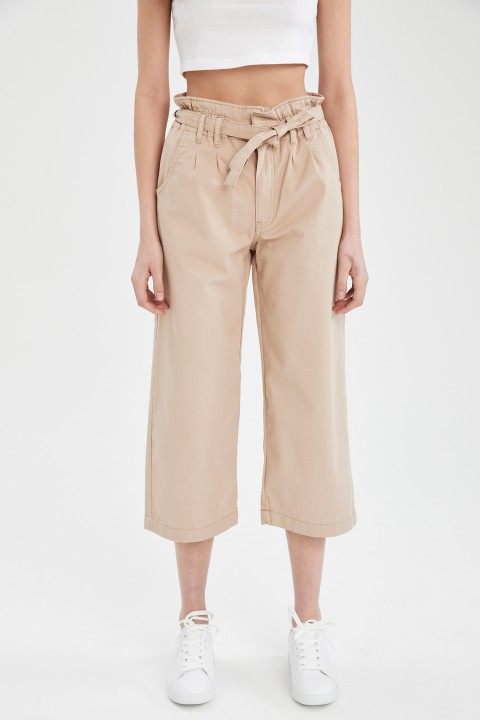 woman-beige-trousers-42-2-1712699.jpeg
