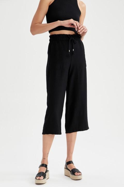 woman-black-capri-pants-46-2383706.jpeg