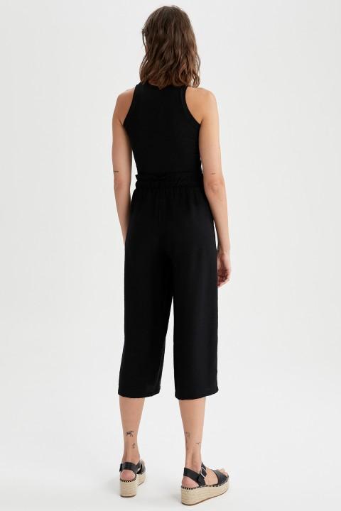 woman-black-capri-pants-46-7899547.jpeg