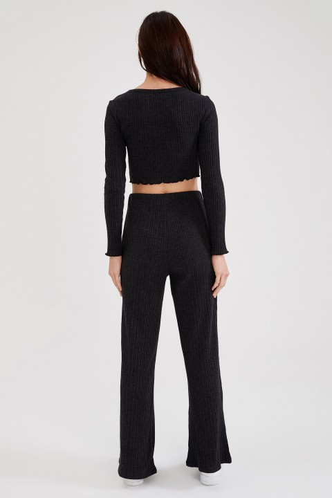 woman-black-trousers-34-3-7985908.jpeg