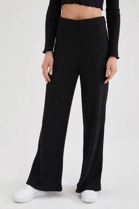 woman-black-trousers-34-3-9204996.jpeg