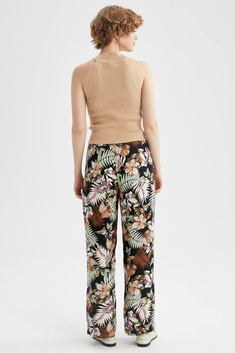 woman-black-trousers-36-0-9074906.jpeg