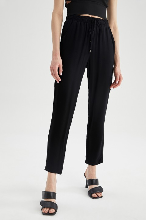 woman-black-trousers-36-1-2830083.jpeg