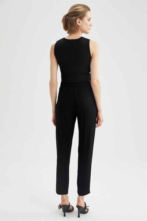 woman-black-trousers-36-1-468942.jpeg