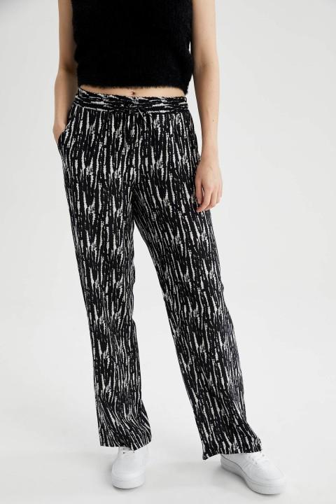 woman-black-trousers-36-9899208.jpeg