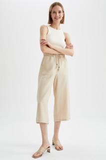 woman-beige-capri-pants-42-919951.jpeg