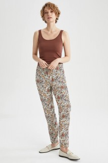 woman-beige-trousers-36-7964115.jpeg