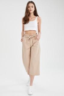 woman-beige-trousers-42-2-4598641.jpeg
