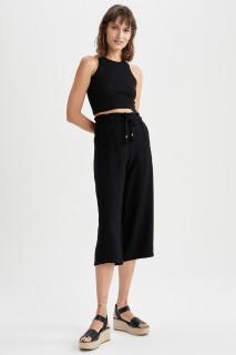 woman-black-capri-pants-46-8461896.jpeg