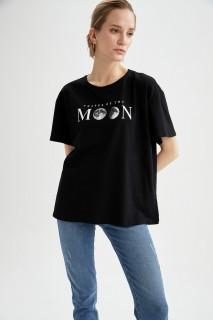 woman-black-short-sleeve-t-shirt-l-5-5987528.jpeg