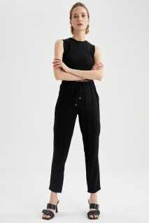 woman-black-trousers-36-1-2831797.jpeg
