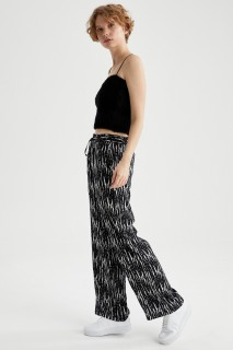 woman-black-trousers-36-7410531.jpeg