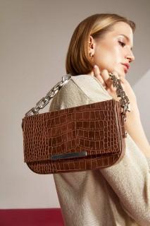 woman-brown-bag-u1944az-8727625.jpeg