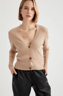 woman-cardigan-vison-s-8383650.jpeg